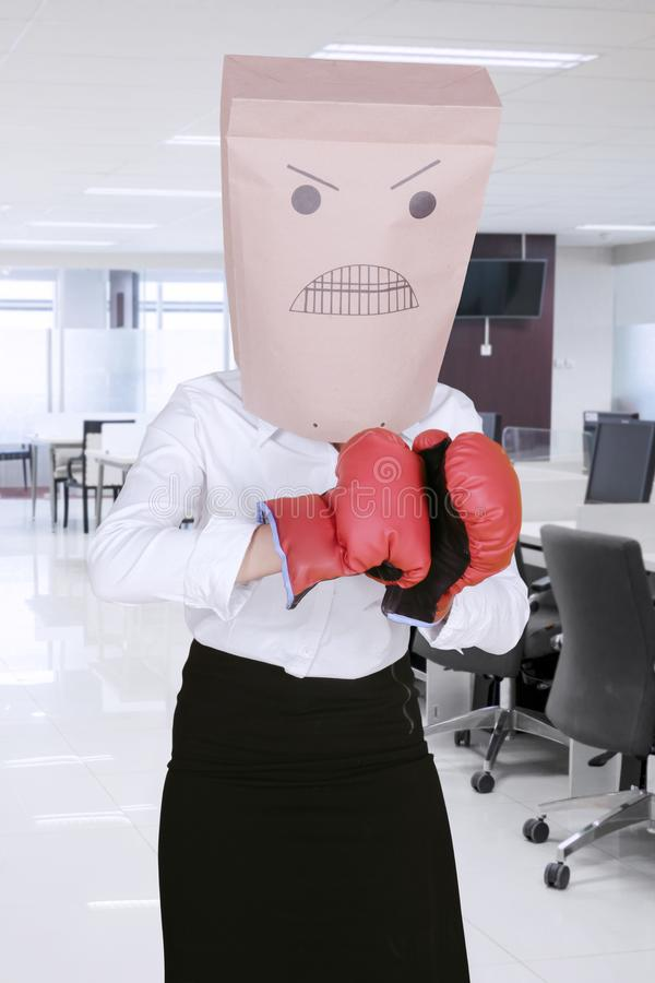 Перчатки бокса неизвестной коммерсантки нося стоковое изображение rf