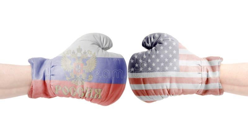 Перчатки бокса с США и флагом русского США против концепции России стоковые фотографии rf