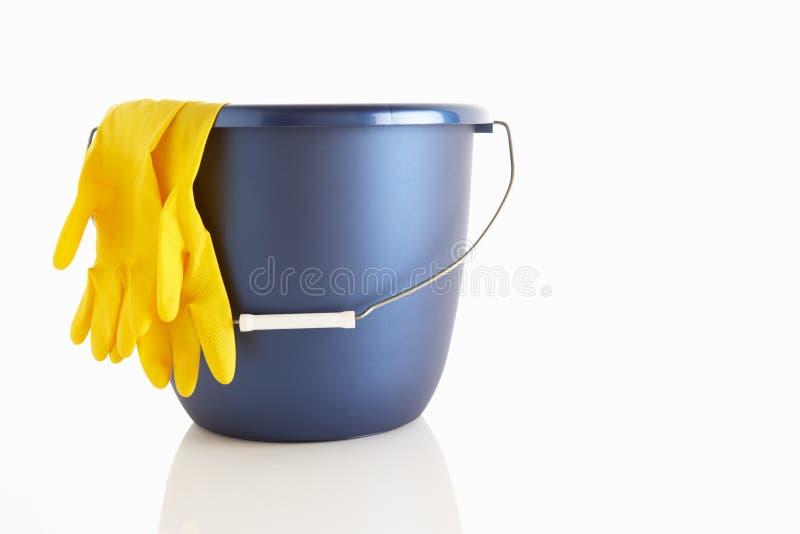 перчатки ведра резиновые стоковая фотография rf