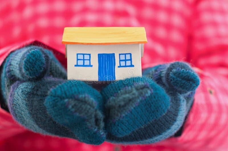 перчатки держат женщину зимы дома стоковое изображение rf