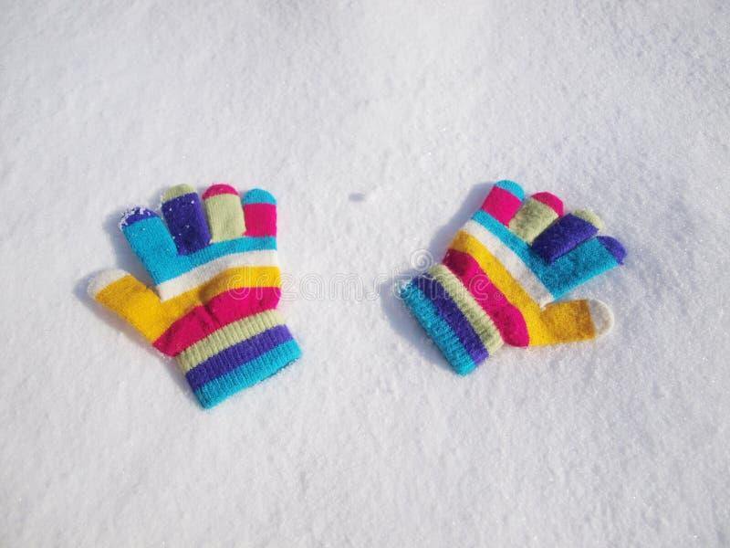 Перчатки зимы детей в снеге стоковая фотография