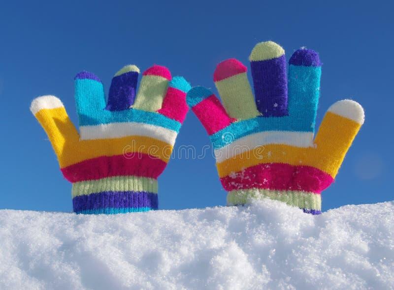 Перчатки зимы детей в снеге стоковые изображения
