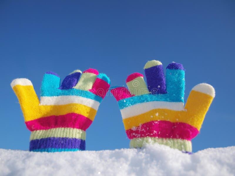 Перчатки зимы детей в снеге стоковое фото