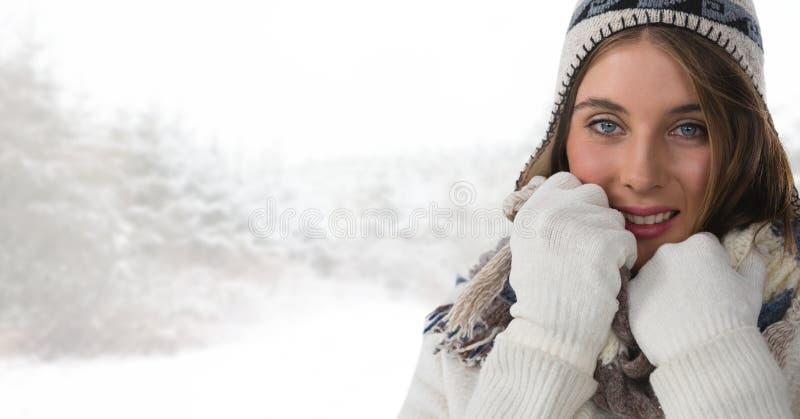 Перчатки и шляпа женщины нося в ярком лесе снега стоковое изображение rf