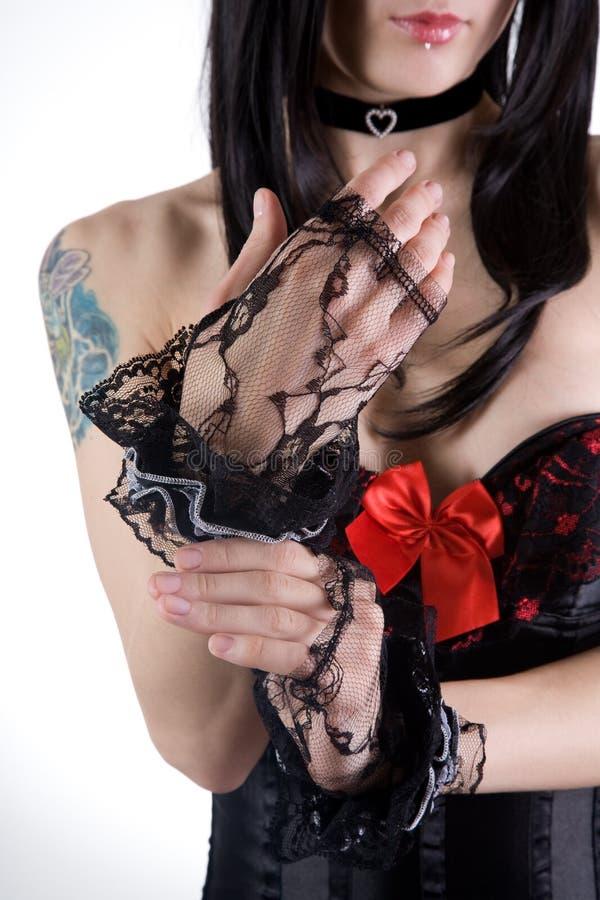 перчатки кладя женщину стоковое фото rf