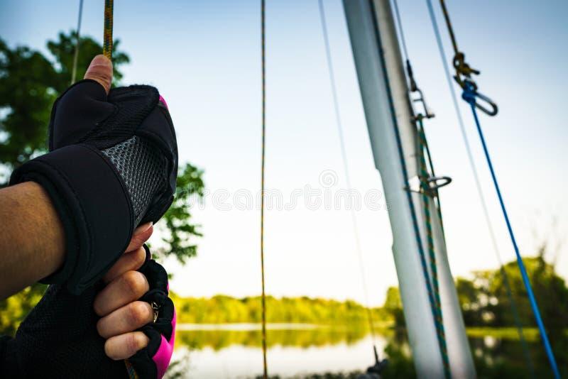 Перчатки на получать готовый пойти на шлюпку озера стоковая фотография