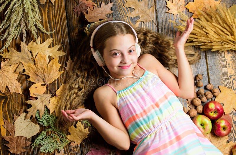 Песни репертуара музыки осени самые лучшие о падении Насладитесь музыкой и ослабьтесь детство счастливое Предпосылка девушки ребе стоковая фотография rf