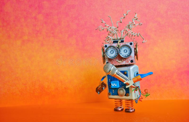 Песня петь микрофона робота Дизайн плаката представления лекции по музыки Игрушка киборга стороны Smiley, красная оранжевая яркая стоковые фотографии rf