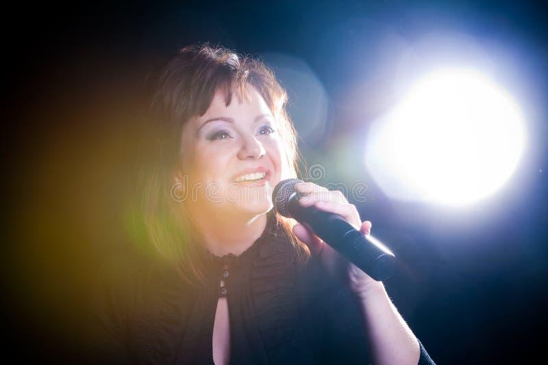 песня петь певицы микрофона стоковая фотография rf