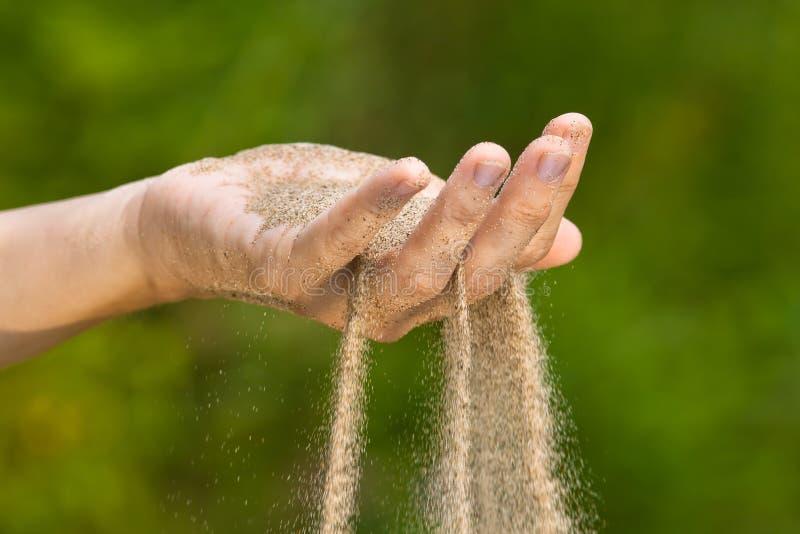 Песок бежать через руку стоковое фото rf