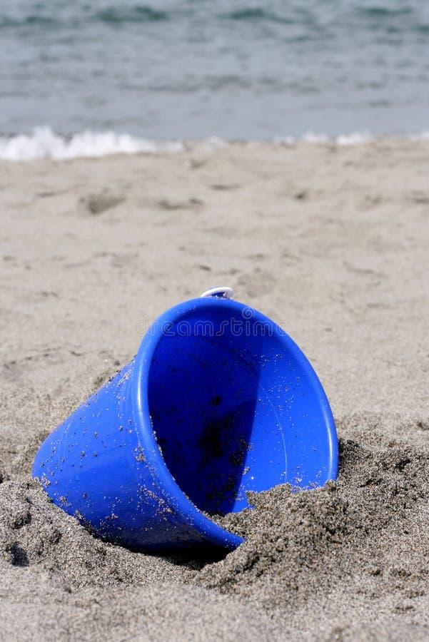 песок ведра пляжа голубой стоковая фотография rf