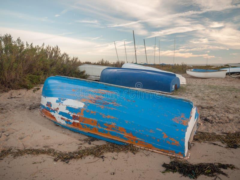 Песок деревянного побережья берега шлюпки пляжа вверх ногами стоковые изображения