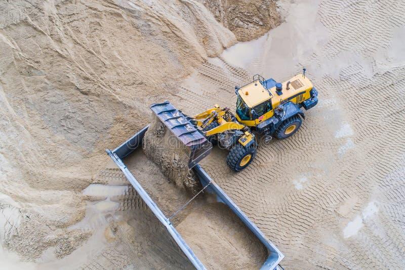 Песок загрузки затяжелителя колеса на тележке dumper стоковая фотография