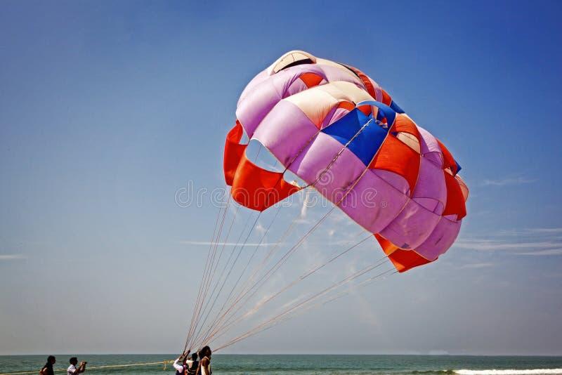 Песок летает по мере того как она заполняет с ветром стоковая фотография rf