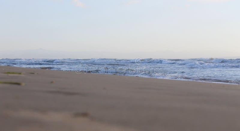Песок, море и ясный ландшафт неба в мире и затишье стоковая фотография