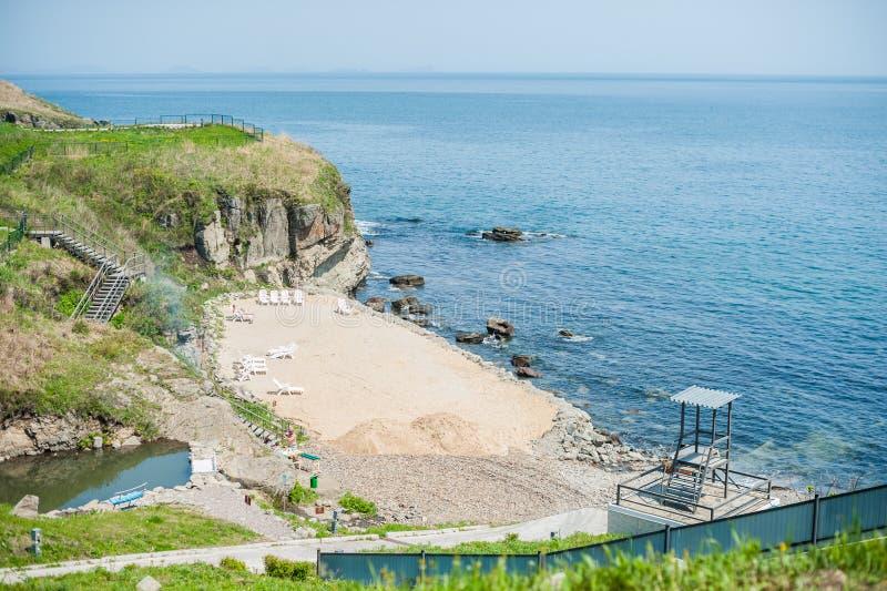 Download песок на скалистом пляже стоковое фото. изображение насчитывающей backhoe - 81809978