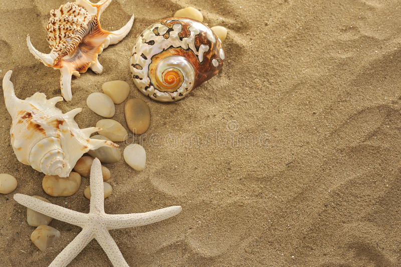 песок обстреливает камни стоковая фотография