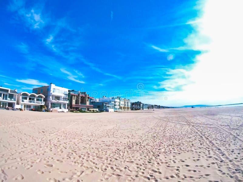 Песок пляжа западного побережья славный и голубое небо стоковое фото rf