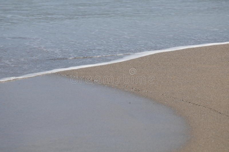 Песок, пляж и вода стоковая фотография