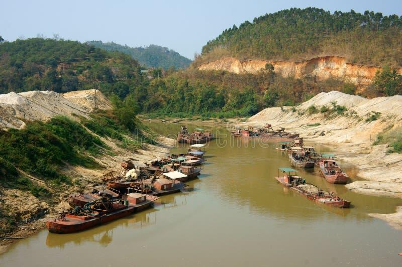 Песок expoit шлюпки на реке стоковая фотография