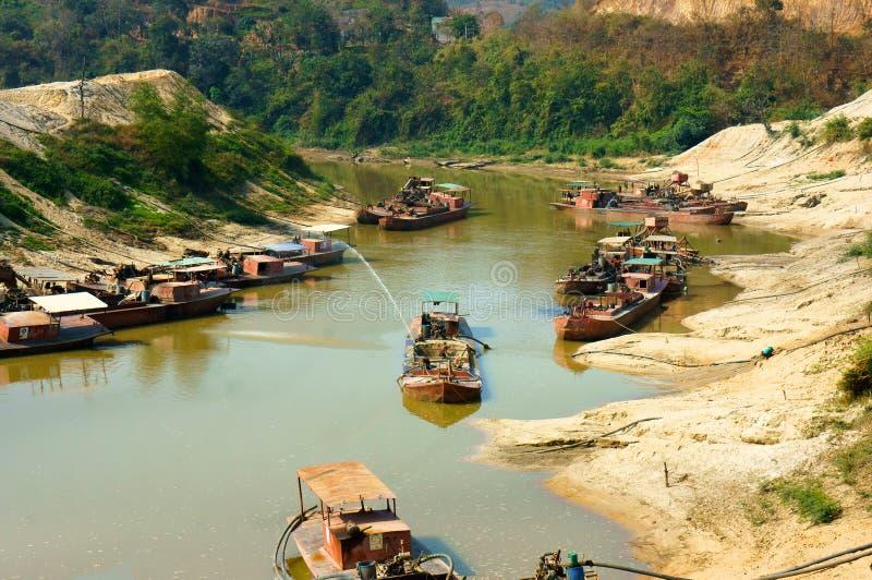 Песок expoit шлюпки на реке стоковые фотографии rf