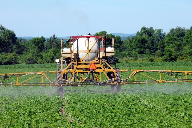 пестицид spaying трактор стоковое изображение