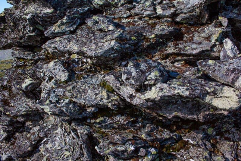 Пестротканая каменная предпосылка гор Ural Текстурируйте естественную красоту стоковое фото rf