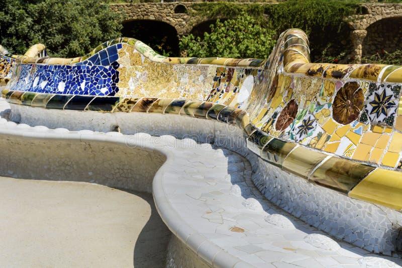 Пестротканая мозаика в парке Guel, Барселоне, Испании стоковые изображения
