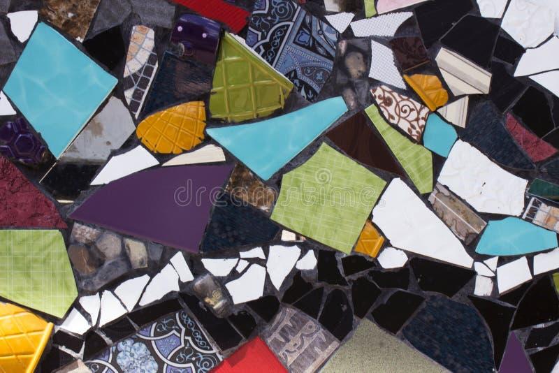 Пестротканая мозаика сломленных плит, предпосылка Куски сломленного керамического tableware стоковые изображения
