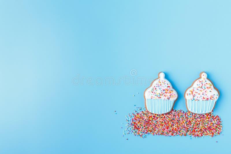 Пестротканая пасха украсила печенья на яркой голубой предпосылке стоковое изображение rf