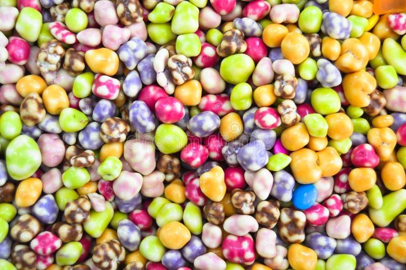 Пестротканая предпосылка конфеты падения dragee стоковые изображения rf