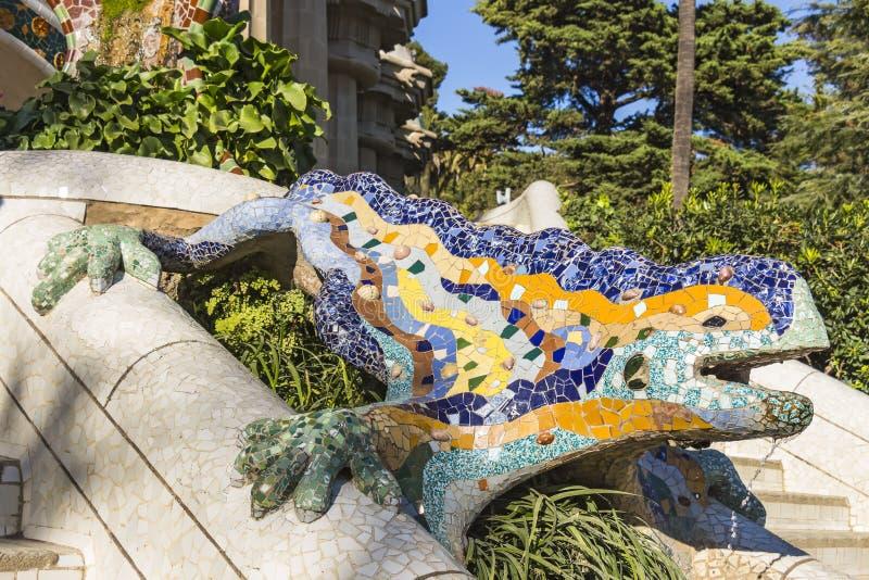 Пестротканая саламандра мозаики, популярно известная как El Drac дракон на парке Guell стоковое изображение