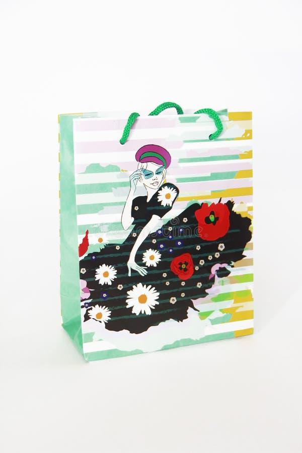 Пестротканая сумка подарка с картиной в форме девушки в платье на белой предпосылке стоковая фотография rf