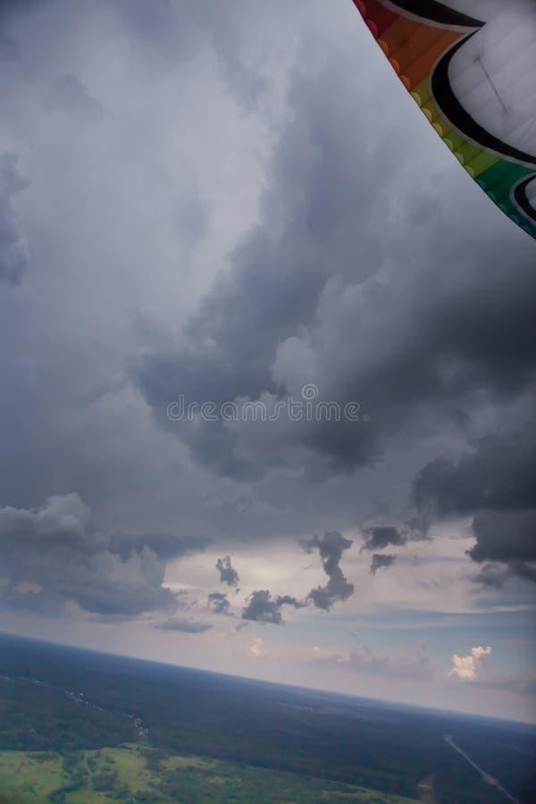 Пестротканое крыло видимо, взгляд от пилотной стороны ` s стоковая фотография