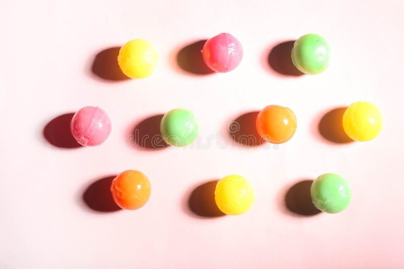 Пестротканые вкусные круглые конфеты стоковое фото rf