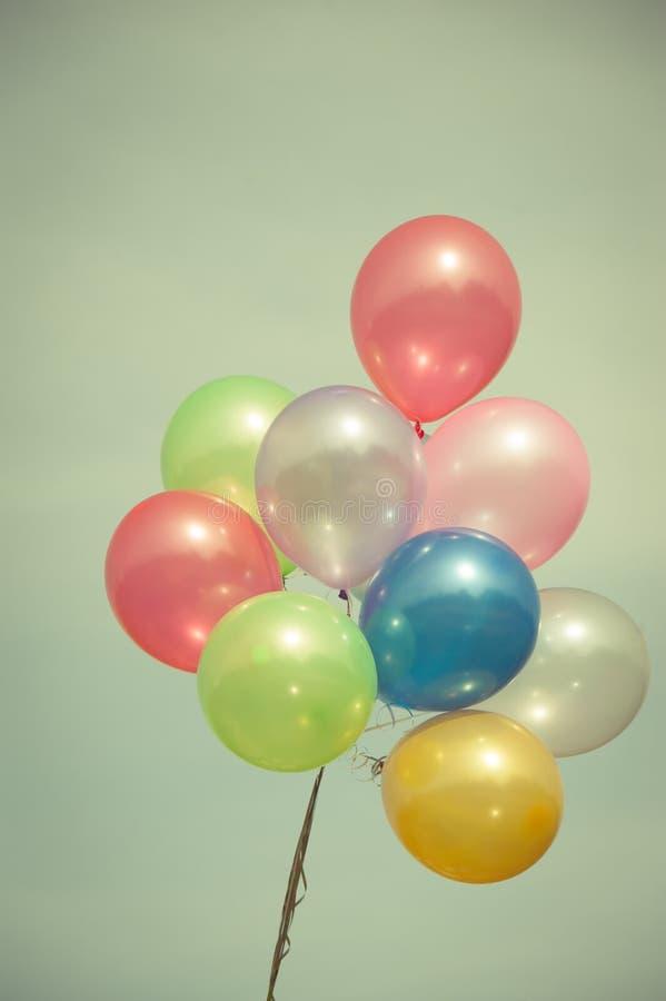 Пестротканые воздушные шары на голубом небе стоковые фотографии rf