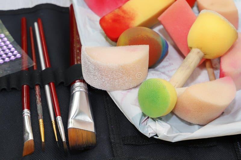 Пестротканые губки и щетки для рисовать стоковое фото