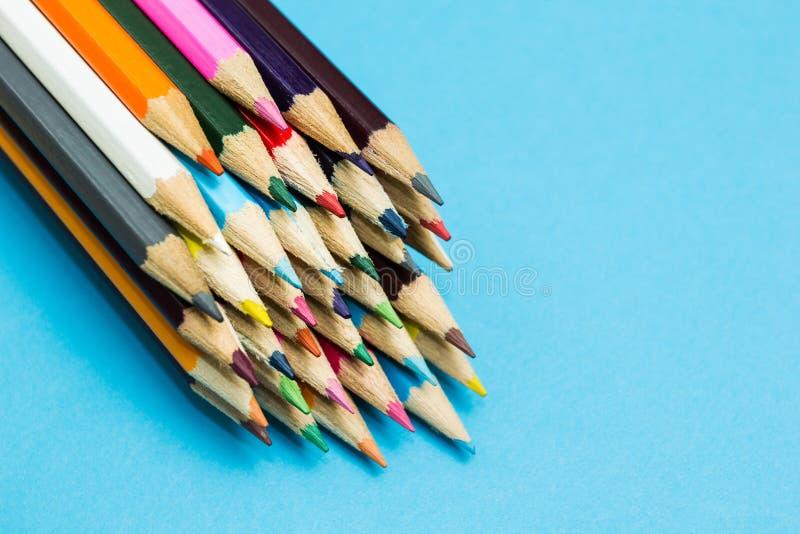 Пестротканые карандаши на голубой предпосылке, космосе для текста стоковые изображения rf
