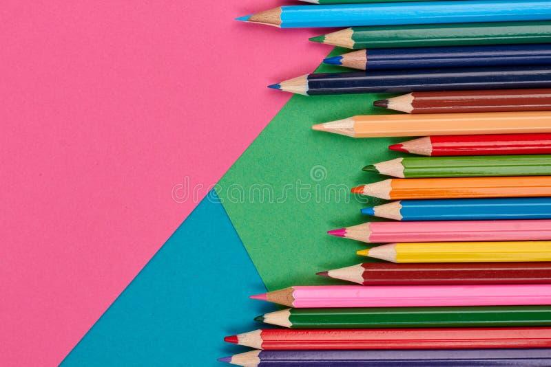 Пестротканые карандаши на предпосылке цвета стоковые изображения rf
