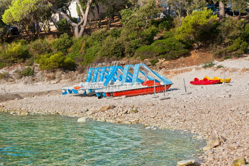 Пестротканые катамараны на пляже стоковое изображение
