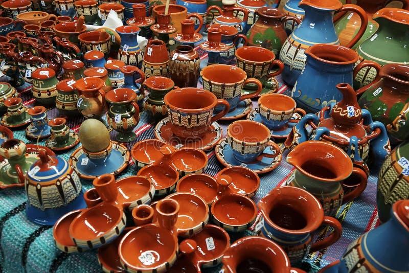 Пестротканые керамические кружки на счетчике магазина Античные блюда Реконструкция средневековых блюд Картина на керамике стоковые фотографии rf