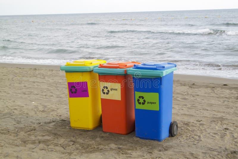 пестротканые контейнеры для сортировать отброс на пляж ag стоковые изображения