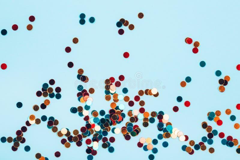 Пестротканые круги яркого блеска на голубой пастельной предпосылке стоковые фотографии rf