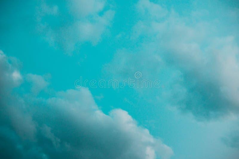 Пестротканые облака на зоре стоковые фото