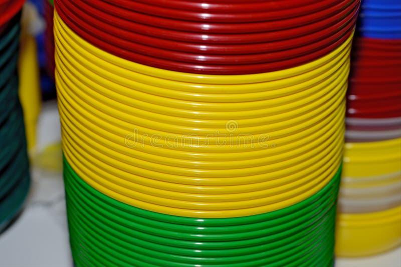 Пестротканые пластиковые плиты Tableware пластикового цвета устранимый стоковое фото
