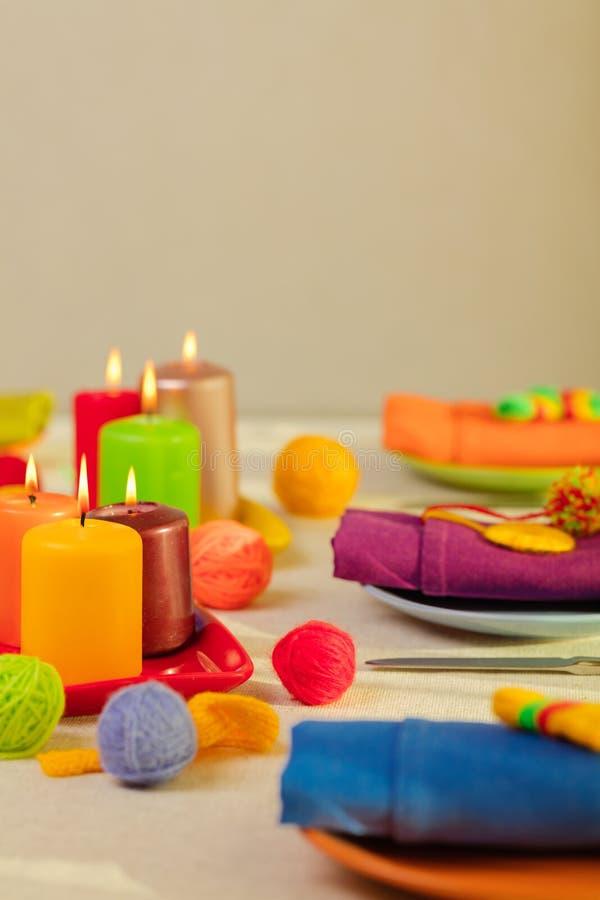 Пестротканые плиты и салфетки белья со связанным оформлением таблица стоковая фотография rf