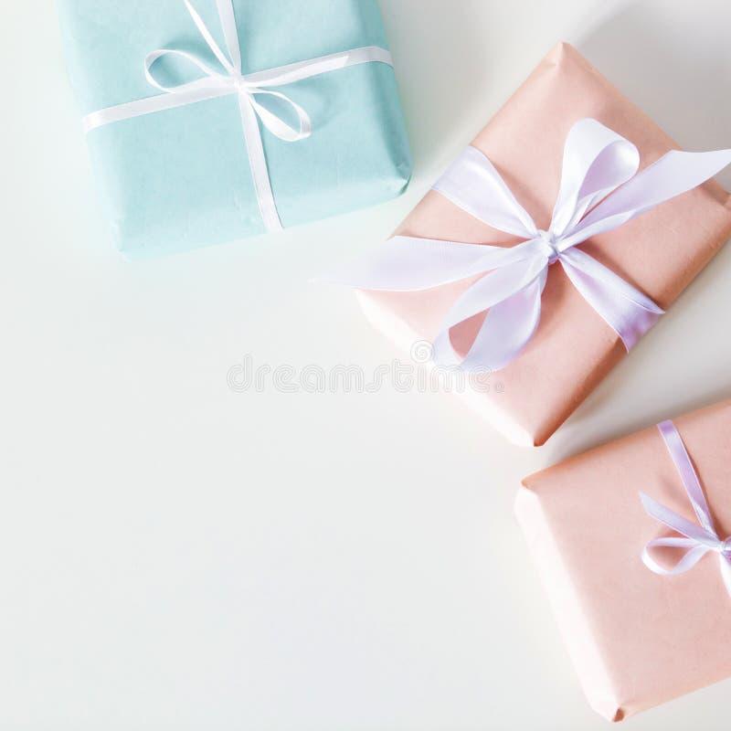 Пестротканые подарочные коробки на белом столе r r стоковое фото