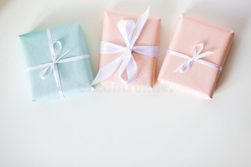 Пестротканые подарочные коробки на белом столе r r стоковое изображение rf