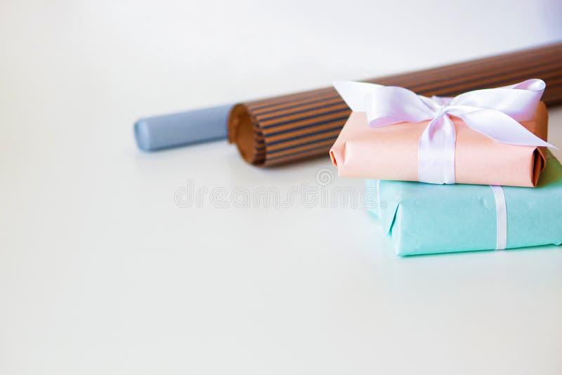 Пестротканые подарочные коробки на белом столе r r стоковая фотография rf
