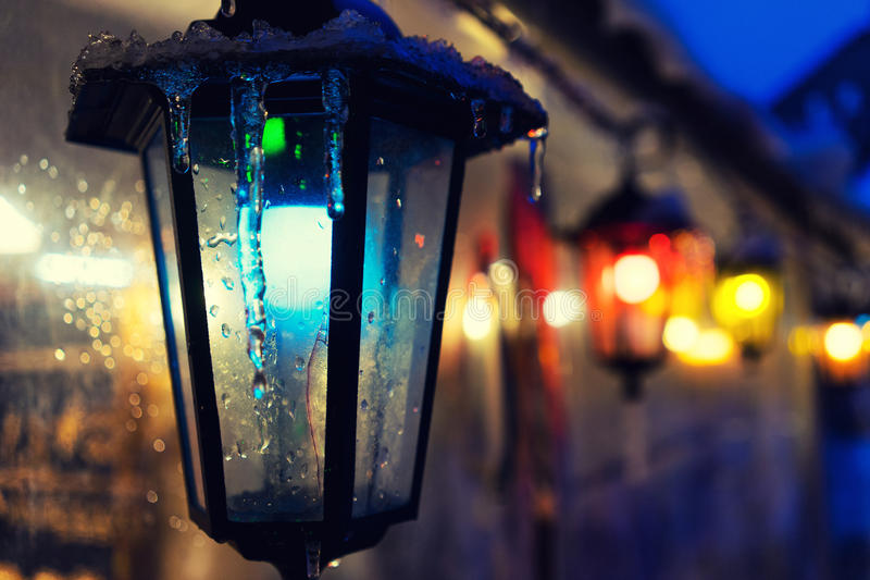 Пестротканые света на ярмарке в городе для рождества стоковая фотография